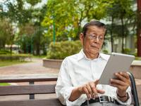 Foto: Senior mit Tablet
