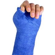 Foto: Hand in blauem Gipsverband