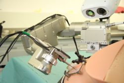 Bild: OP-Roboter mit Kamerasystem über einem Patientenphantom; Copyright: ARTORG Center for Biomedical Engineering Research, Universität Bern