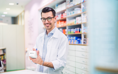 Farmaceutico con caja FDS
